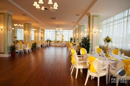 Aranjament sala nunta galben